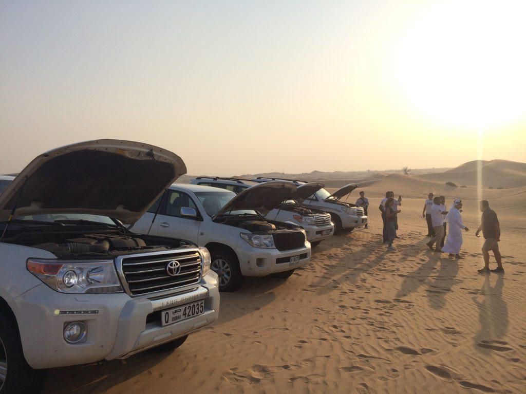 4x4 en repos dans les dunes à Abou Dhabi