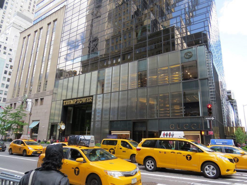 Taxi devant la Trump Tower