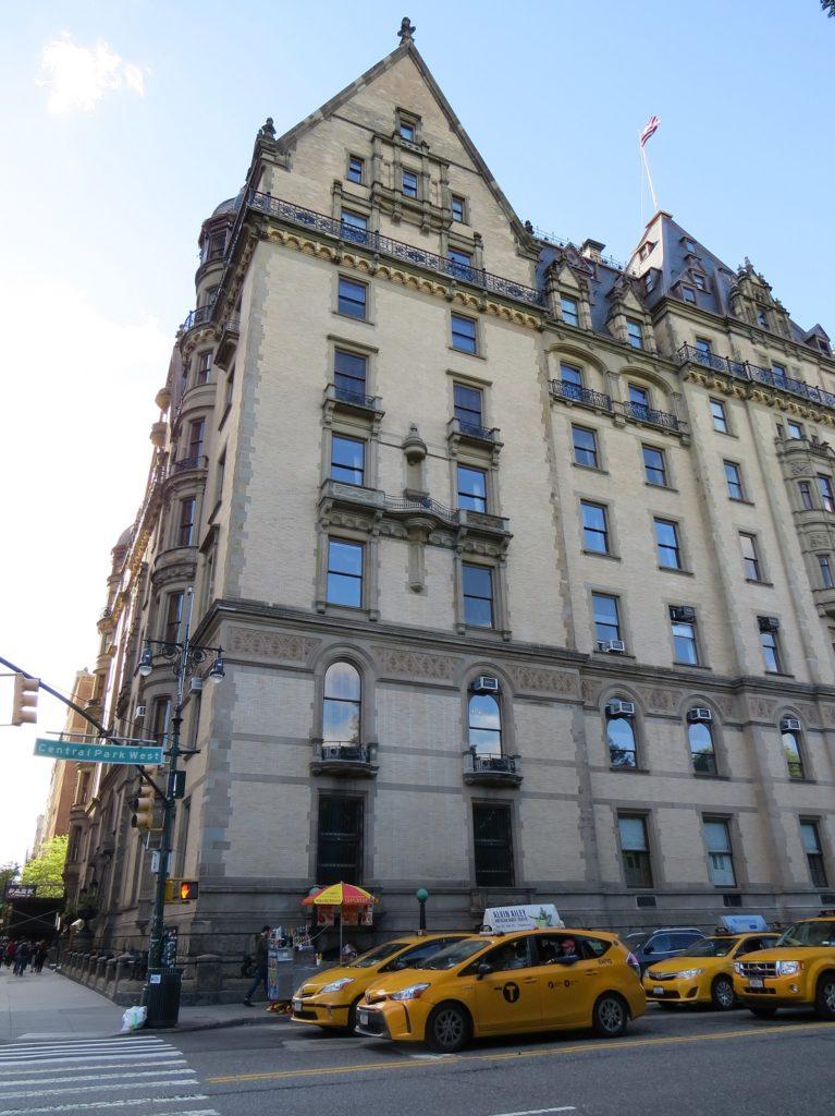Taxi devant le Dakota Building